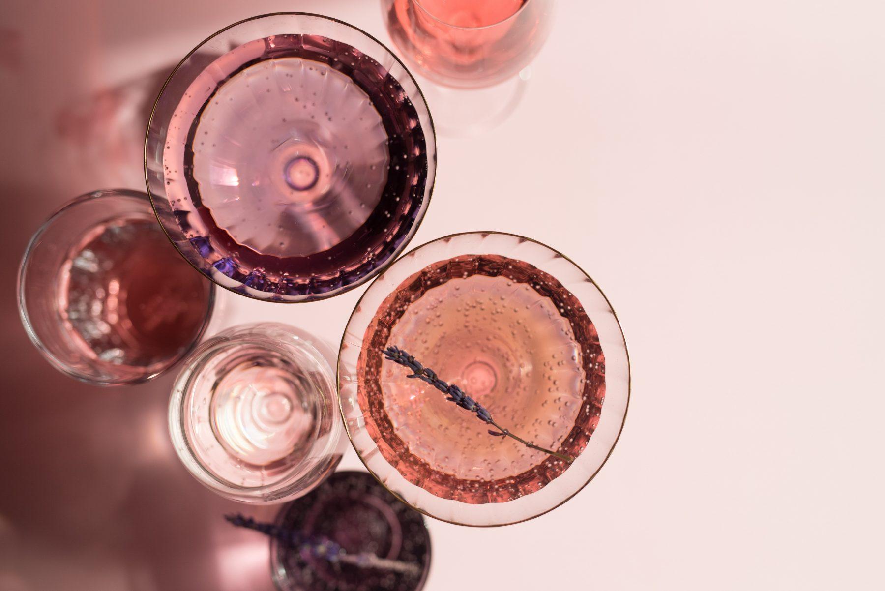 Bild von mehreren Gläsern Alkohol.