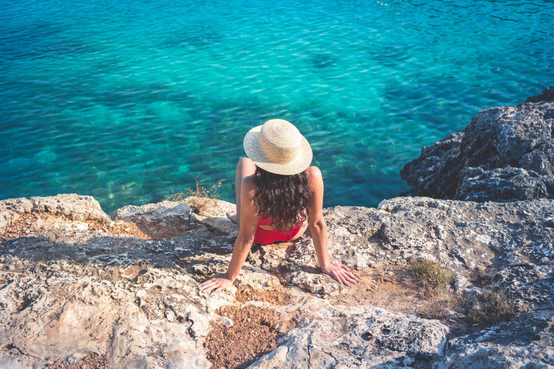 Eine Frau am Strand von Mallorca.