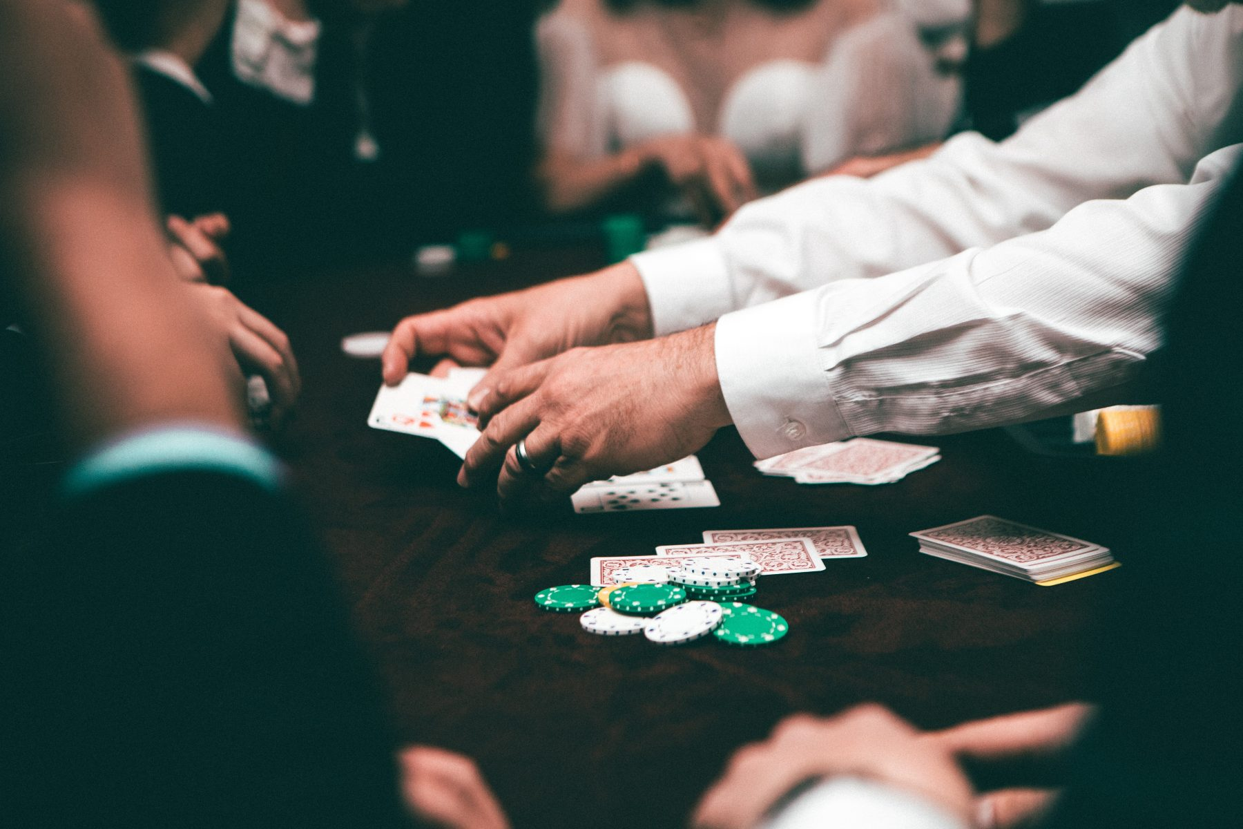 Bild von Chips und Rechnungen in einem Casino.