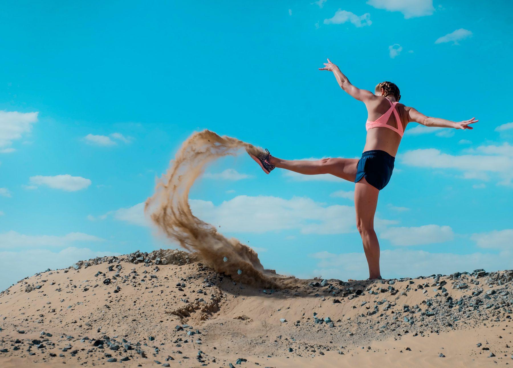 Frau, die Sand tritt.