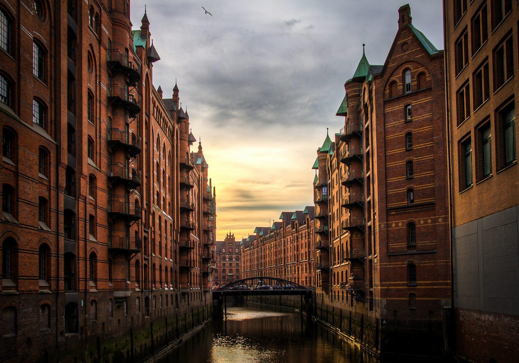 Bild eines Kanals in Hamburg, Deutschland.