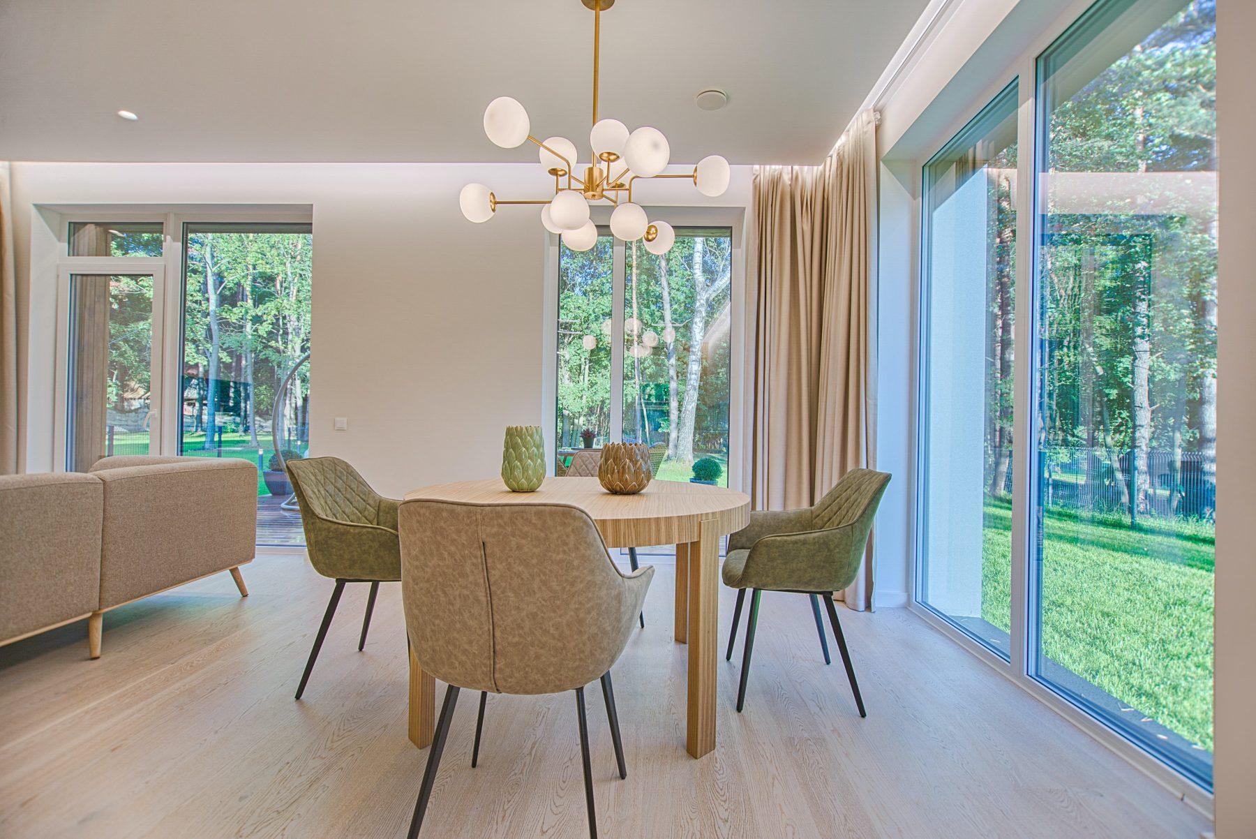 Bild eines schönen Zimmers mit Tisch und Stuhl.