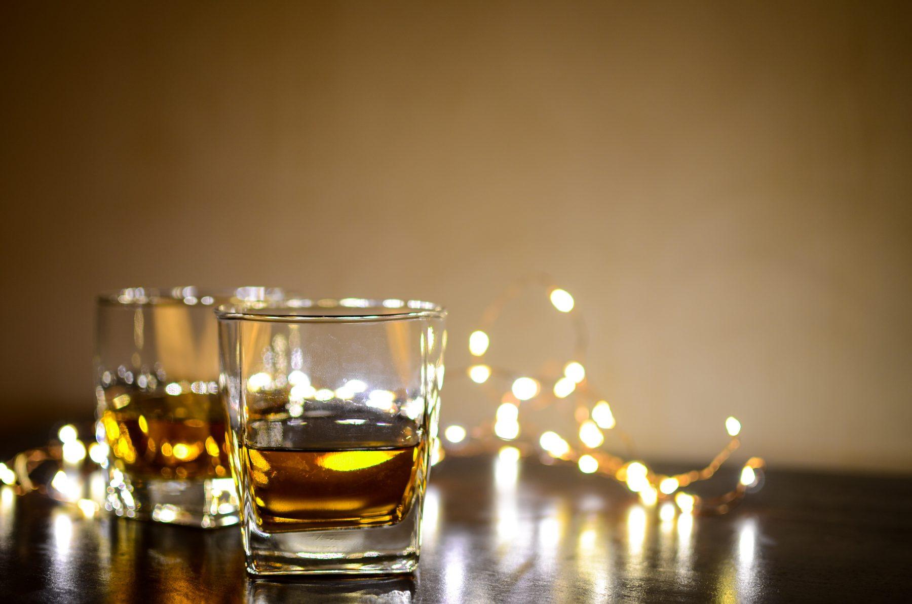 Dunkles Bild von mit Alkohol gefüllten Gläsern.